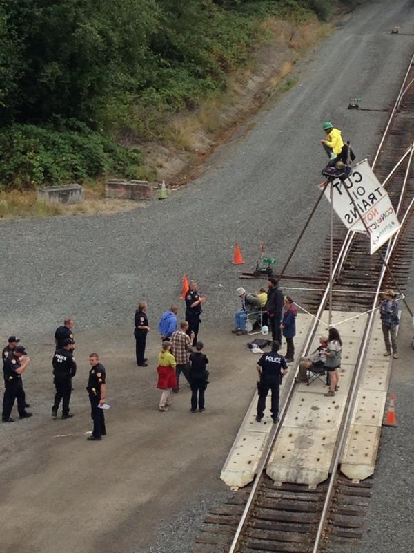 Police look like they might be moving to extraction. @risingtidena @kxlblockade