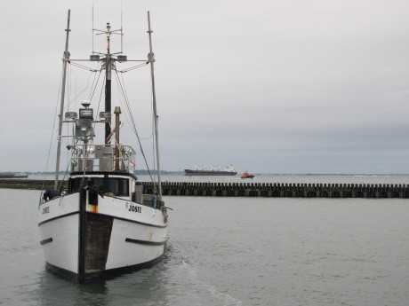 A Quinault Indian Nation fishing boat comes in to unload its catch in Grays Harbor, not far from the locations of three proposed oil train-to-ship facilities. Ashley Ahearn/KUOW
