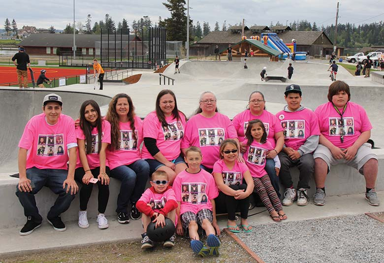Debra Barto family members. Back row: son Rayvin, daughter Clara, sister Sue, daughter Heather, mother Linda, sister Teddi, and nephews Vincent and Aaron.  Front: grandsons Keaganand Cory, nephew Kasidi and niece Kamri. Photo/Micheal ríos